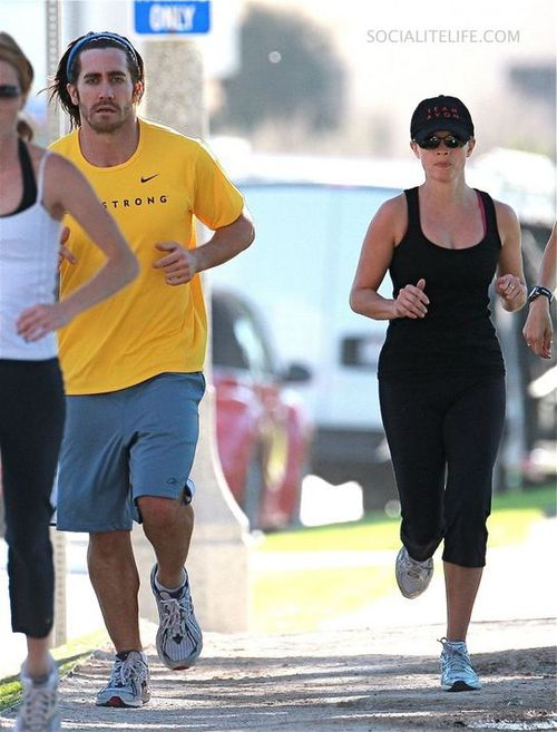 Gallery_main-reesewitherspoon-jakegyllenhaal-jogging-photos-10302008-11