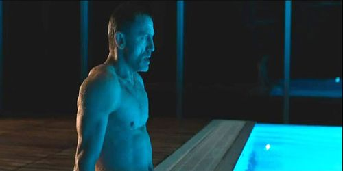 Daniel-craigs-james-bond-speedo-at-skyfall-pool-ggnoads